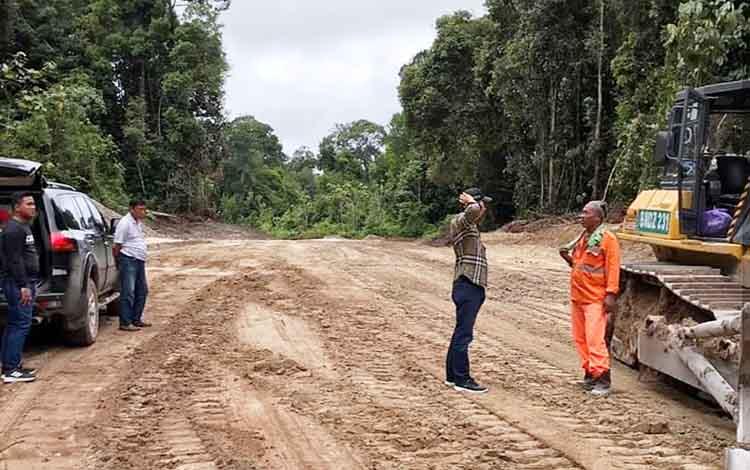 Bupati Barito Utara, Nadalsyah ketika meninjau progres pengerjaaan jalan tembus Lemo - Batapah.