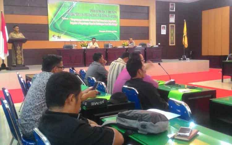 Asisten II Setda Kabupaten Katingan Akhmad Rubama membuka pertemuan tahunan perkumpulan petani rotan.