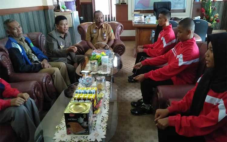 Wakil Bupati Sukamara, Ahmadi memberikan arahan kepada empat peserta yang akan dikirim ke Provinsi Kalimantan Tengah sebagai anggota Paskibraka