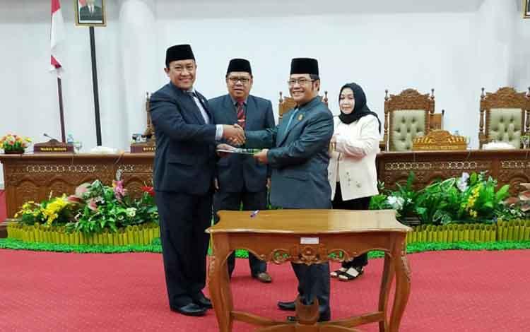 Bupati Pulang Pisau, Edy Pratowo menerima rekomendasi DPRD dari Ketua DPRD Pulang Pisau, Maruadi.
