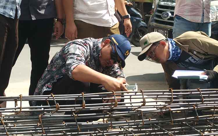 Sejumlah pengawas proyek saat mengukur material yang dipakai untuk membangun drainase di Jalan MT Haryono, beberapa waktu lalu.