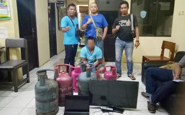 RM (jongkok), tersangka pelaku pencurian saat diamankan jajaran Polsek Seruyan Hilir, Senin (22/4/2019).