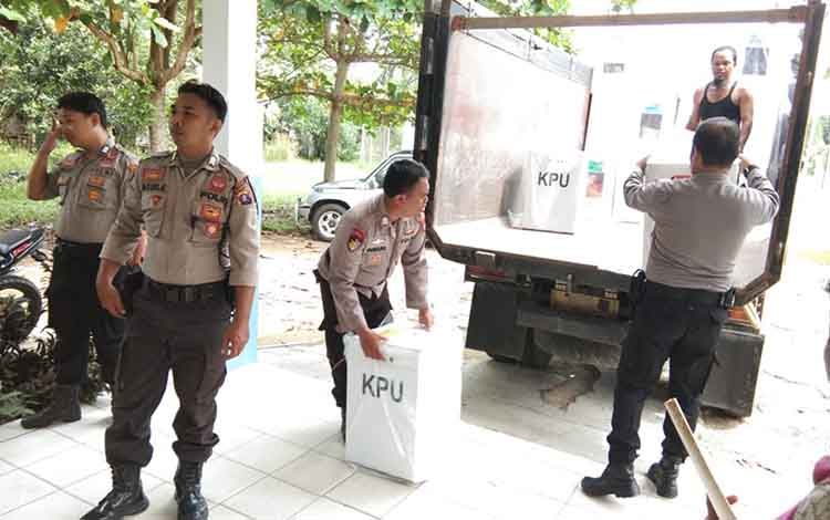 Anggota Polsek Basarang saat melakukan pengawalan pergeseran kotak suara menuju ke KPU Kapuas, Rabu (24/4/2019)