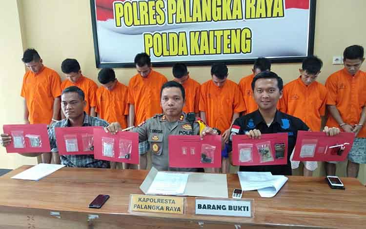 Kapolres Palangka Raya AKBP Timbul Rein Krisman Siregar bersama anggotanya menunjukan barang bukti dan tersangka narkoba, Rabu (24/4/2019).