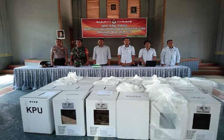 nggota Kodim 1013 Muara Teweh melaksanakan pengamanan rapat pleno terbuka rekapitulasi hasil dan penghitungan perolehan suara pemilu 2019