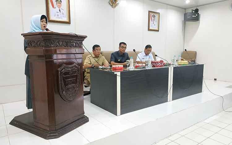 Wakil Ketua I DPRD Tabalong, Kalimantan Selatan, Hj Mursidah ketika menyapikan tujuan kunker DPRD Tabalong ke Barito Utara.