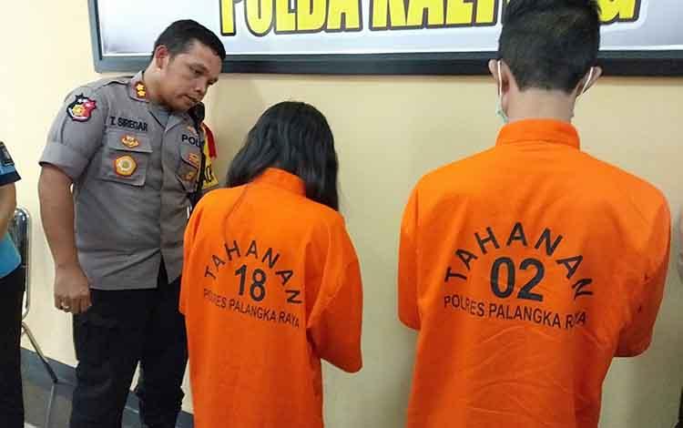 Kapolres Palangka Raya AKBP Timbul Rein Krisman Siregar ketika mengintrogasi pelaku aborsi, Rabu (24/4/2019).