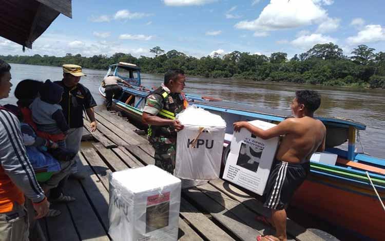 Anggota Kodim 1013 Muara Teweh melaksanakan pengamanan pergeseran kotak suara dari sejumlah PPK ke gudang KPU