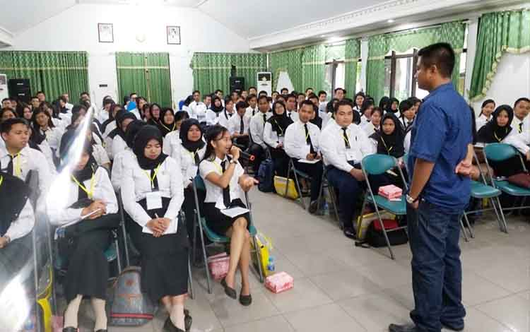 Kasat Resnarkoba Polres Pulang Pisau, Iptu Purnomo sebagai narasumber saat penyuluhan bahaya narkoba untuk CPNS.