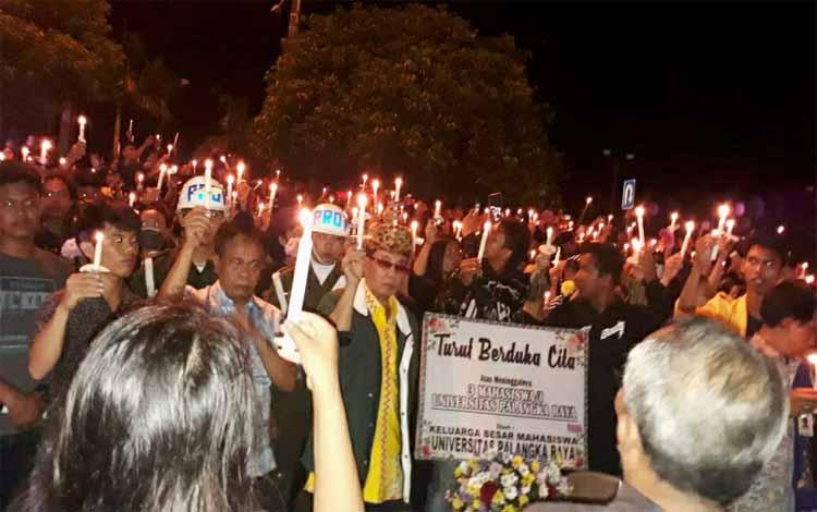 Ratusan mahasiswa menggelar aksi penyalaan lilin sebagai ungkapan duka, Kamis (25/4/2019) malam