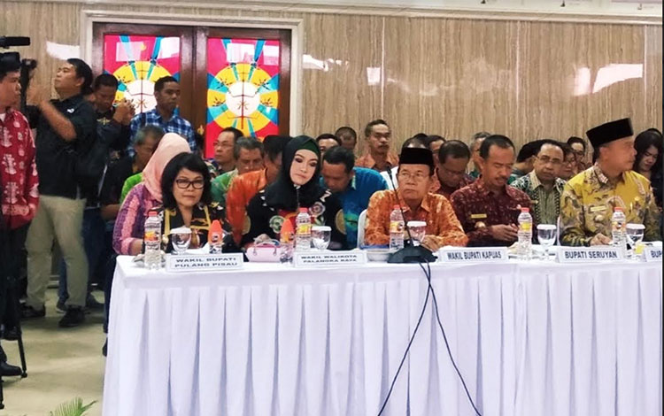 Wakil Wali Kota Palangka Raya, Umi Mastikah saat mengikuti Rakordal di Aula Bapeddalitbang Kalteng,