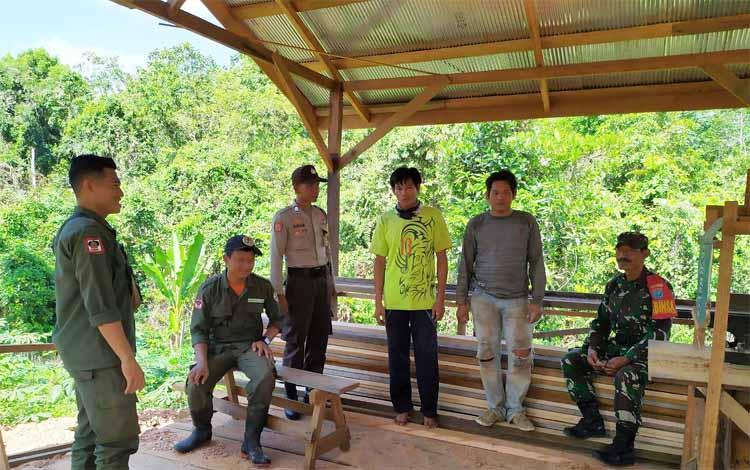 Tim patroli Karhutla saat melaksanakan sosialisasi kepada warga