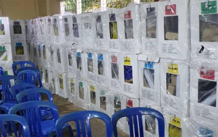 Kotak suara yang sudah diamankan di kantor Kecamatan Mantangai pasca robohnya PPK Mantangai