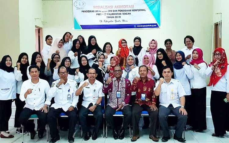 Kepala Dinas Pendidikan Kabupaten Barito Utara, Masdulhaq foto bersama peserta sosialisasi akreditasi Penddikan Anak Usia Dini (PAUD) dan Pendidikan Non Formal