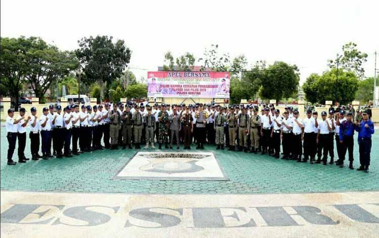 Bupati Seruyan bersama personel TNI saat apel PAM Swakarsa beberapa waktu lalu