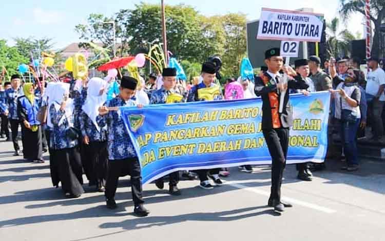 Kafilah Kabupaten Barito Utara ketika mengikuti pawai taaruf STQ Kalimantan Tengah 2019 di Palangka Raya, Jumat (26/4/2019).