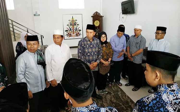 Bupati Barito Utara, Nadalsyah mengunjungi pemondokan kafilah Barito Utara peserta STQ XXII Kalteng di Palangka Raya.
