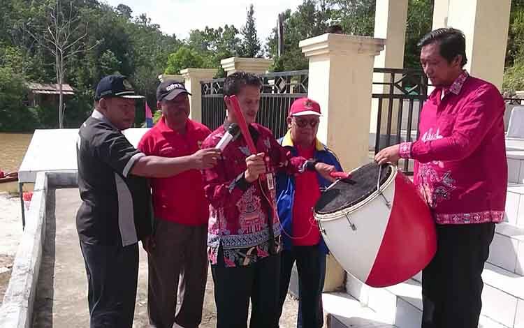 Asisten I Setda Gunung Mas, Ambo Jabar didampingi Kepala DPKO Kabupaten Gunung Mas, Yunika Simpei saat membuka lomba dayung dengan menabuh gendang, Jumat (26/4/2019).