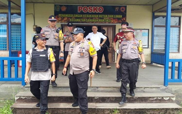 Kapolda Kalteng Irjen Polisi Anang Revandoko bersama Kapolres Katingan AKBP E Dharma B Ginting