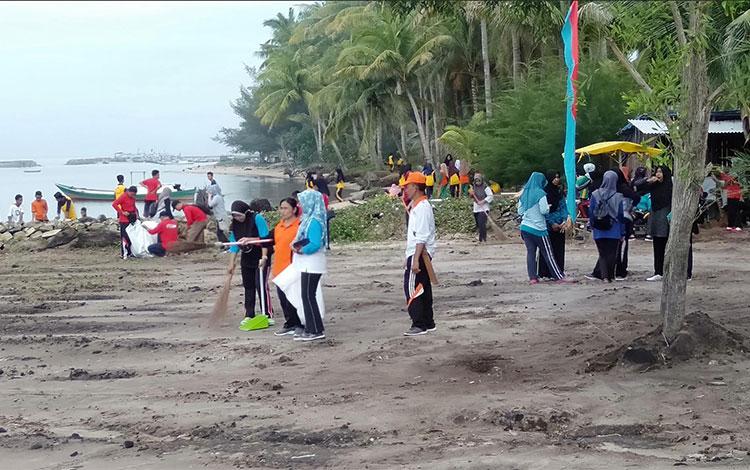 Peserta saat melakukan bersih-bersih Pantai Citra.