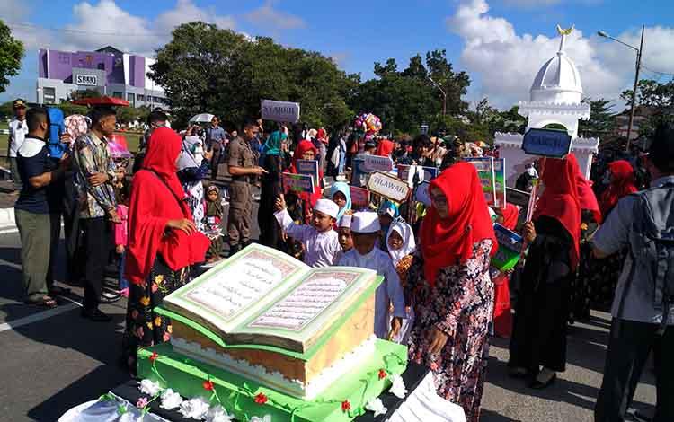 Pawai Taaruf STQ XXII Provinsi Kalteng 2019 di Palangka Raya, Jumat (26/4/2019).