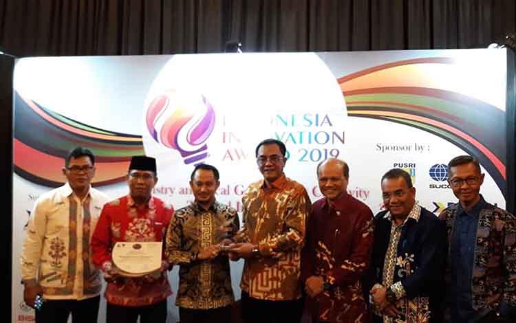 Ketua DPRD dan Wali Kota Palangka Raya serta kepala SOPD usai menerima penghargaan di Jakarta, Kamis (25/4/2019).