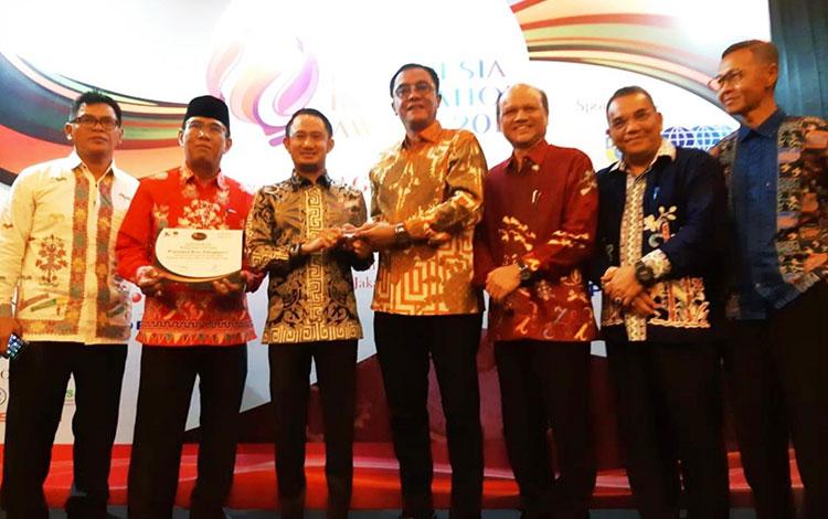 Wali Kota Palangka Raya Fairid Naparin bersama Ketua DPRD, Sigit K Yunianto