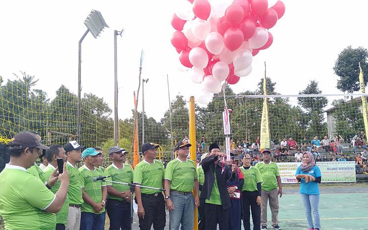 Asisten I etda Sukamara Chaeruddin melepas balon keudara tanda dibukanya turnamen bola voli Sukamara Open, Sabtu (27/4/2019).