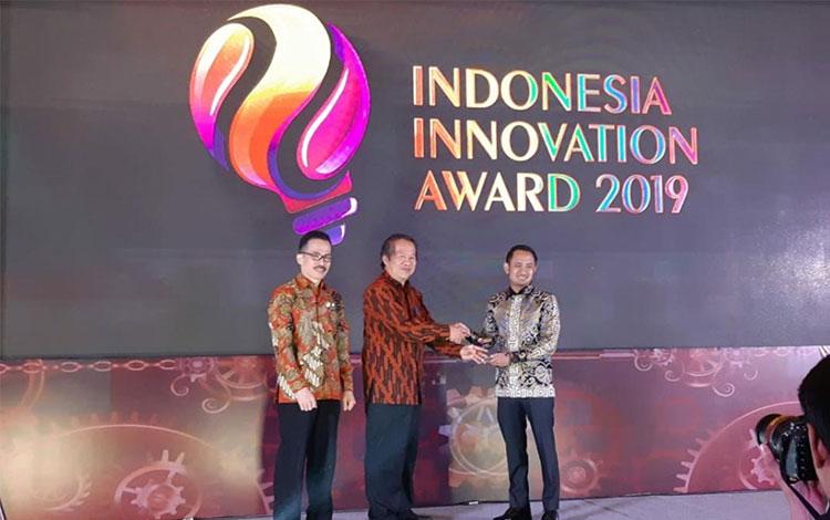 Wali Kota Palangka Raya, Fairid Naparin saat menerima penghargaan di Grand Ballroom Hotel Fairmont
