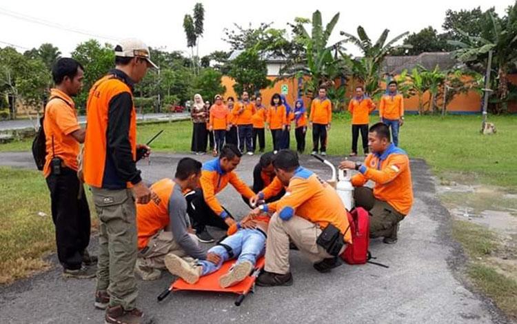 Simulasi evakuasi dalam rangka Hari Kesiapsiagaan Bencana di halaman kantor BPBD Kobar, Sabtu (27/4/2019).