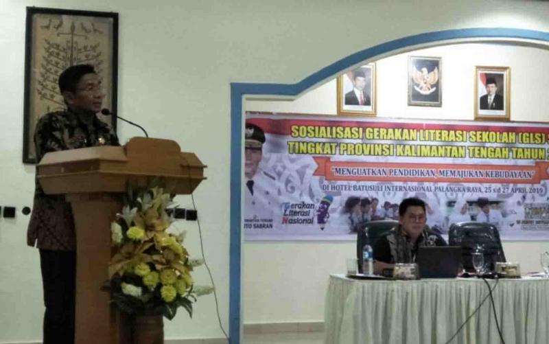 Kepala Dinas Pendidikan Kalteng, Slamet Winaryo saat membuka kegiatan sosialisasi Gerakan Literasi Sekolah.
