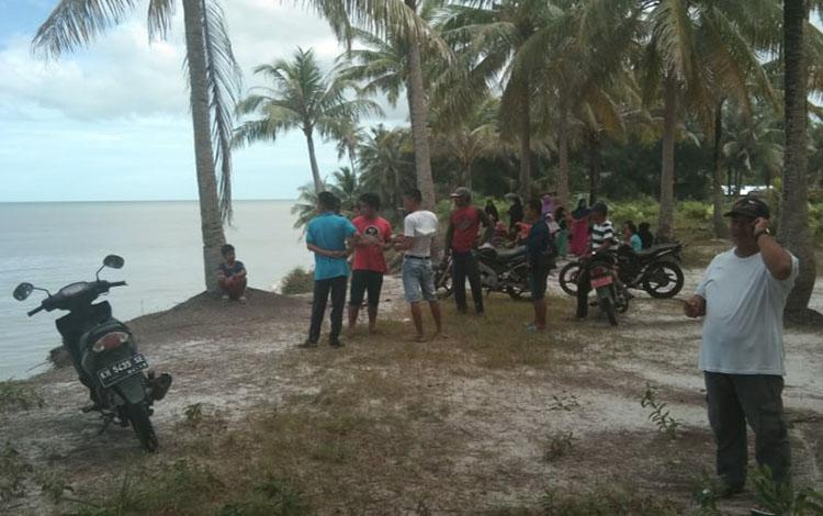 Warga Desa Sei Tabuk, Kecamatan Pantai Kunci, Kabupaten Sukamara saat berada dipinggir pantai.