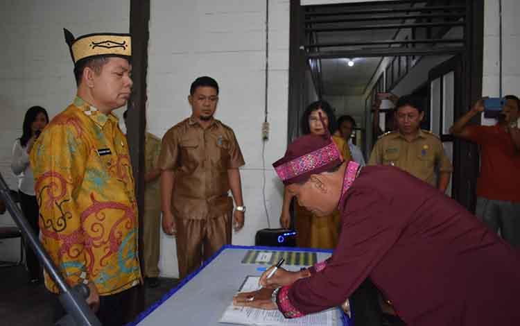 Bupati Kapuas Ben Brahim S Bahat saat melantik Damang Kecamatan Kapuas Hilir pada Senin, 29 April 2019