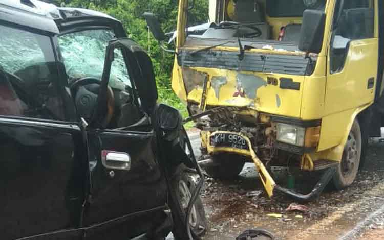 Kondisi dua kendaraan pascatabrakan di Jalan Cilik Riwut km37 Desa Jemaras pasa Senin 29 April 2019.