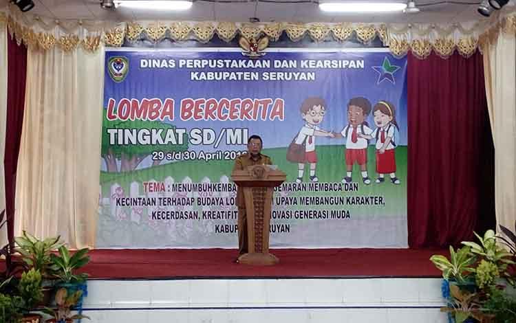 Sekda Seruyan Haryono saat membuka acara lomba bercerita tingkat SD di Gedung Serbaguna Kuala Pembuang, Senin 29 April 2019.