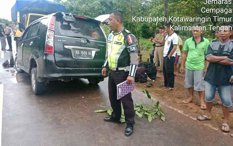 Personel Satlantas Polres Kotim berada di TKP untuk mengumpulkan data terkait kasus kecelakaan lalu lintas ini.