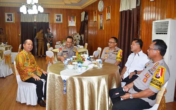 Bupati Kapuas Ben Brahim S Bahat bersama Wakapolda Kalteng Brigjen Pol Rikwanto di rumah jabatan Bupati di Jalan Jenderal Soedirman Kuala Kapuas pada Senin, 29 April 2019