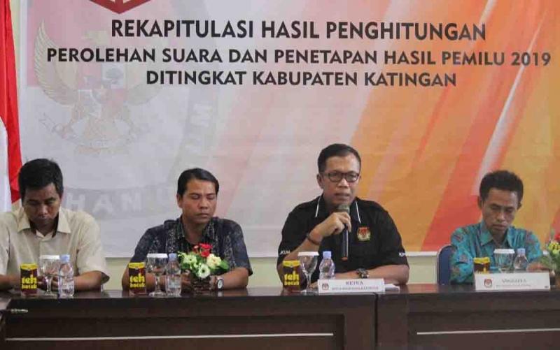 Ketua KPU Katingan Subandi dan anggotanya  mengumumkan hasil penetapan rekapitulasi penghitungan perolehan suara capres dan caleg Pemilu 2019.