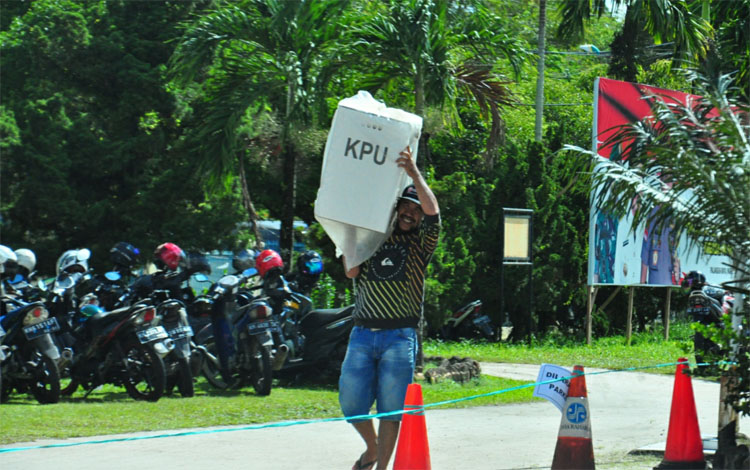 Petugas PPK Pahandut mengangkut logistik suara pemilu 2019