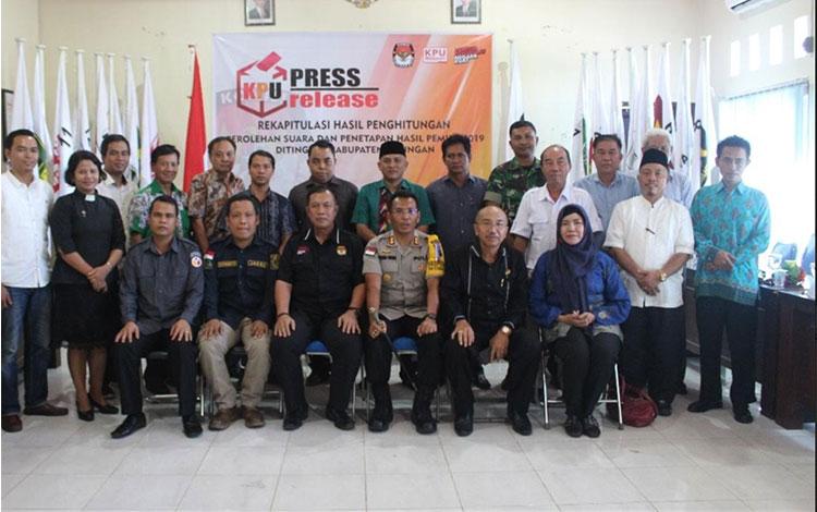 Kapolres Katingan AKBP E Dharma B Ginting ikut foto bersama komisionet KPU dan undangan lainnya.