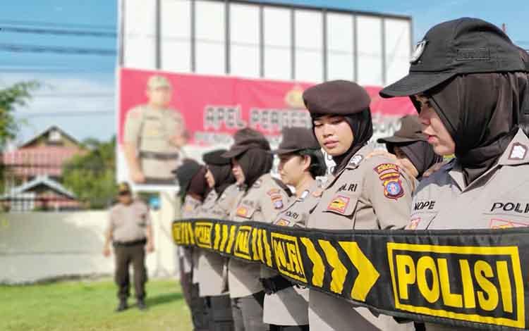 Polwan Polres Palangka Raya dilatih pengendalian massa, Selasa, 30 April 2019.