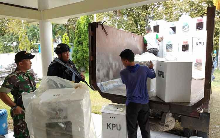 Personel TNI-Polri mengawal pergeseran kotak suara dari PPK Pahandut ke KPU Kota Palangka Raya, Selasa, 30 April 2019.