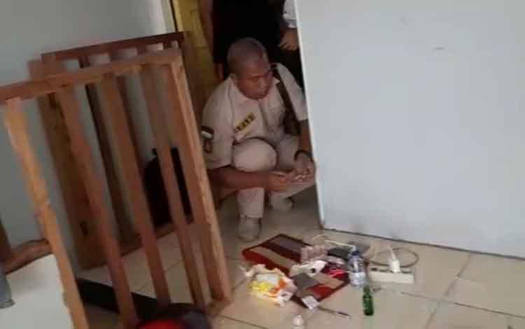Ps Kasatreskoba Polres Kotim Iptu Arasi menemukan beberapa paket sabu di depan pintu kamar tersangka