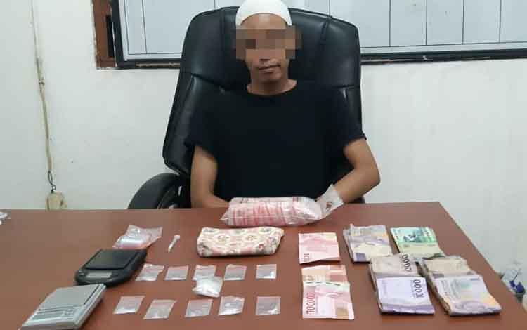 Tersangka dan barang bukti saat berada di ruang pemeriksaan Polres Kotim