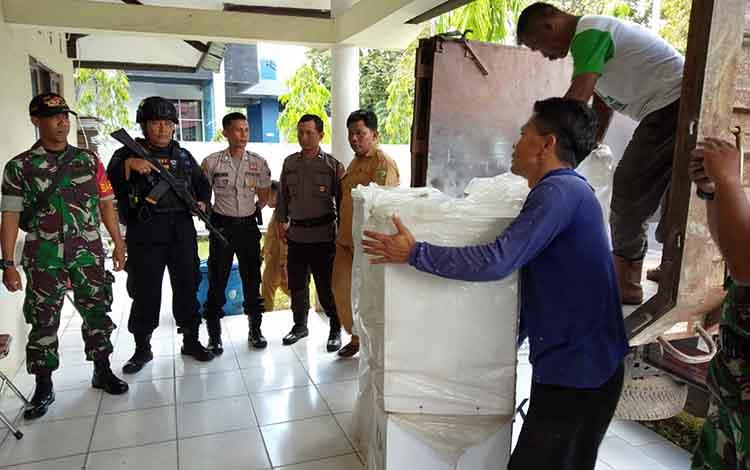 Pergeseran kotak suara dari PPK Pahandut ke KPU Kota Palangka Raya, Selasa, 30 April 2019.