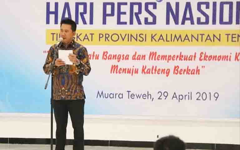 Bupati Barito Utara, Nadalsyah menyampaikan sambutan pada puncak peringatan HPN Kalteng di Muara Teweh, Selasa, 29 April 2019, malam.