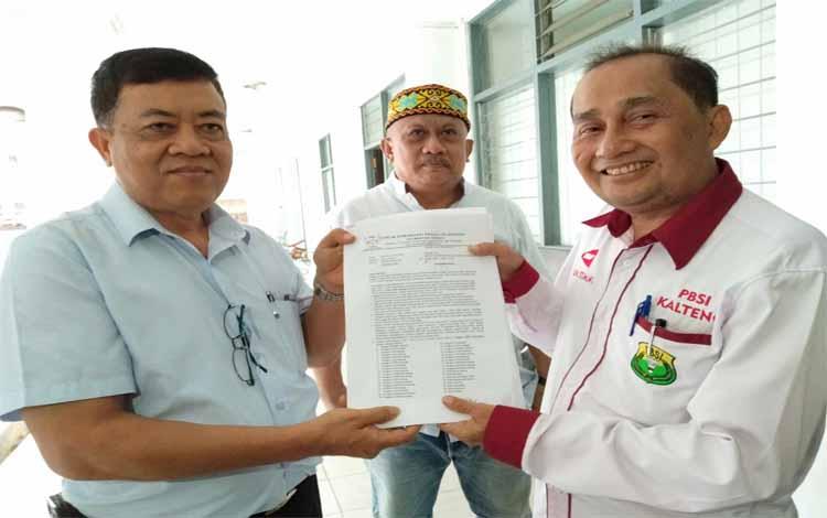 Forum Komunikasi Peduli Olahraga Kalimantan Tengah, Barlen (kanan) menyerahkan dokumen dan diterima oleh Wakil Ketua Bidang Organisasi KONI Kalteng, Muhammad Rasidi pada Senin, 29 April 2019