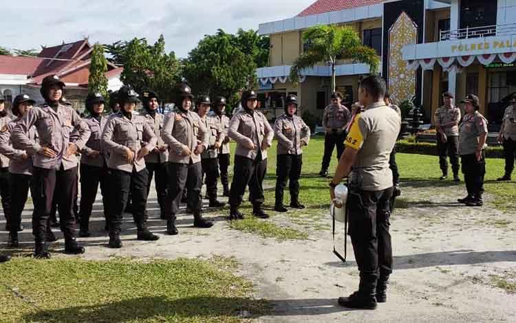 Polwan Polres Palangka Raya mengikuti latihan dalmas, Selasa, 30 April 2019.