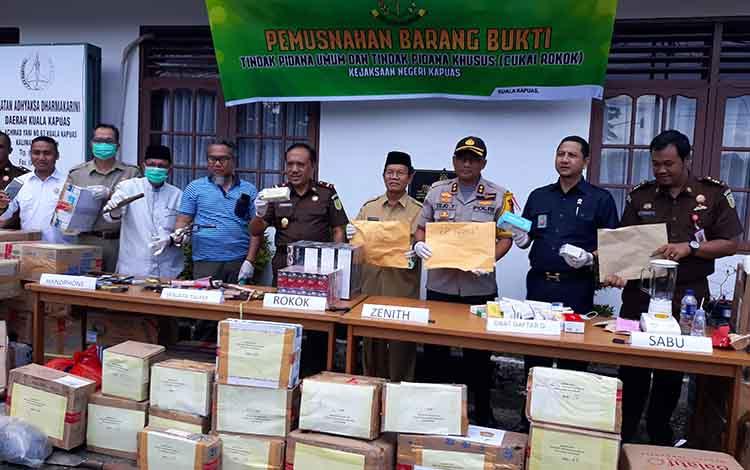 Kajari Kapuas Komaidi bersama unsur forkopimda saat pemusnahan sejumlah barang bukti kejahatan di halaman Kejari, Selasa, 30 April 2019.