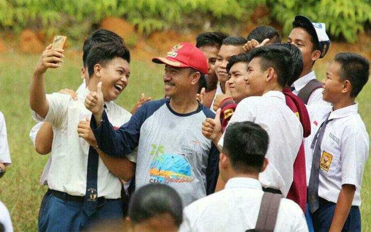 Bupati Seruyan, Yulhaidir foto bersama para siswa